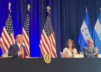 La hondureña Claudia Rego informó al presidente Donald Trump que junto a su esposo tienen una empresa en San Pedro Sula, Cortés, con 400 empleados y 30 en su negocio en Estados Unidos.