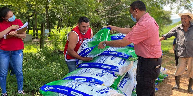 El alcalde José Nahúm Cálix supervisó la entrega del fertilizante a los productores de maíz.