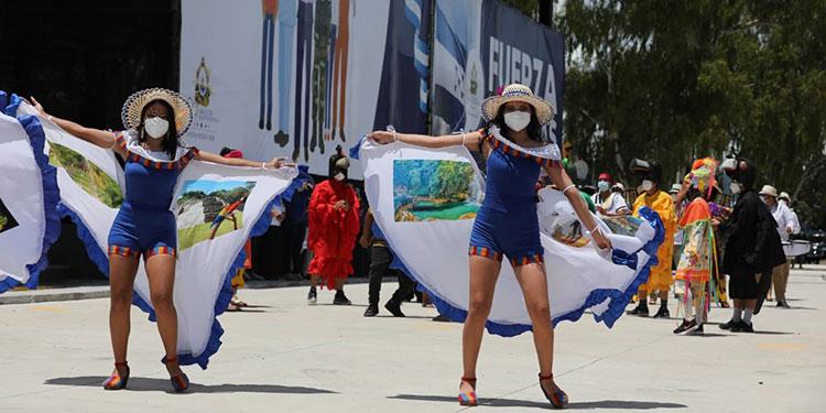 Las danzas folclóricas con trajes típicos adornaron algunos de los coloridos desfiles.