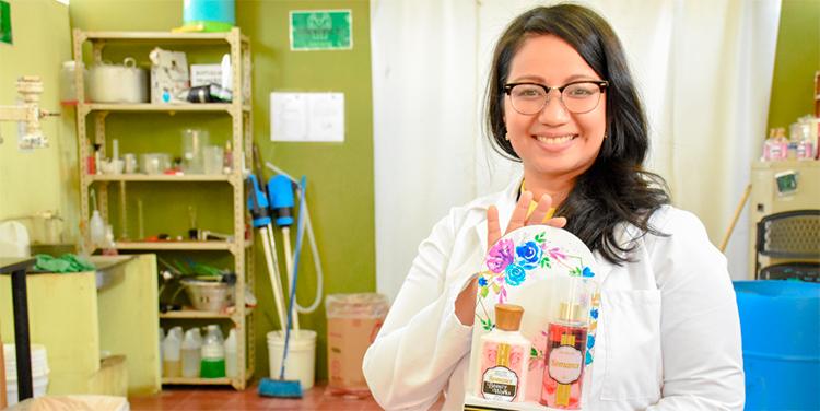 Karen Castro es proveedora de Walmart desde el 2010. El 80% de sus productos los comercializaba a través de la red de supermercados en sus cuatro formatos de tienda (Walmart, Supermercados Paiz, Maxi Despensa y Despensa Familiar).