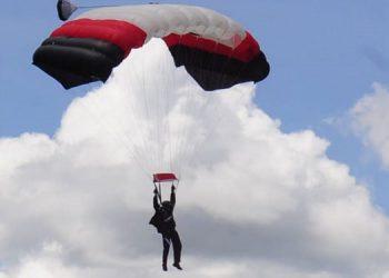 Miembros del equipo de salto libre de la Fuerza Aérea Hondureña protagonizaron un espectacular show aéreo.
