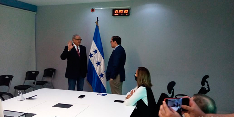 Juan Ramón Martínez es juramentado como embajador adhonorem
