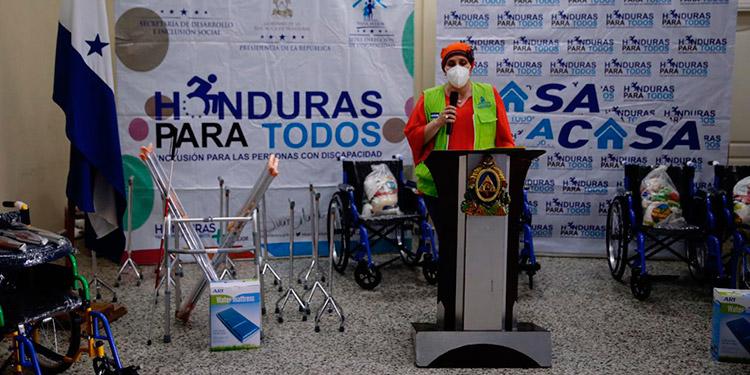 Diversas ayudas logísticas fueron entregadas por la Primera Dama, Ana García de Hernández, para cientos de personas con discapacidad en la zona de La Paz.