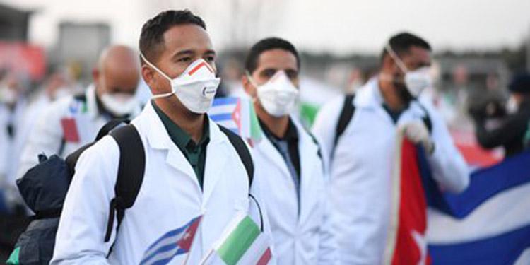 Médicos cubanos: Disminuyen casos y fallecidos por COVID-19