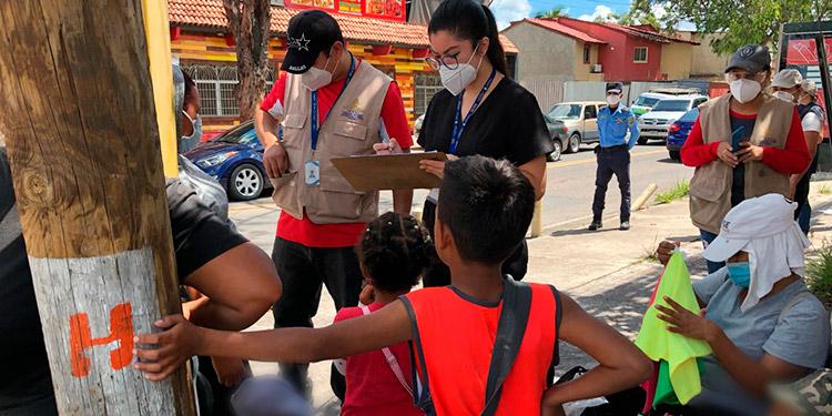 Los menores se apostan en las calles junto a algunos parientes para pedir dinero.