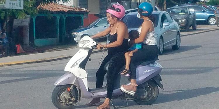 Motociclistas ponen en riesgo su vida
