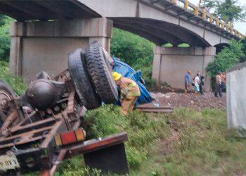 """El pesado vehículo se precipito del puente """"La Leona"""", salvándose de morir el conductor."""