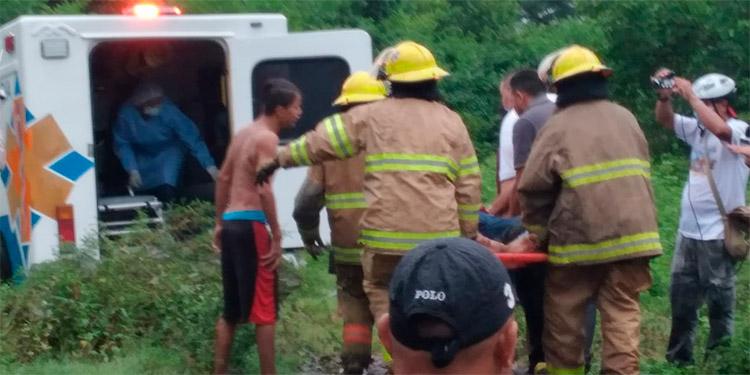 Camionero y ayudante escapan de morir en vuelco desde puente