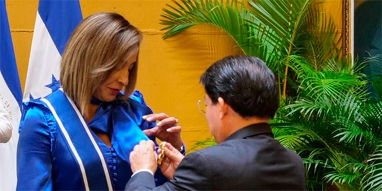 La embajadora Diana Valladares, acompañada del canciller Denis Moncada, funcionarios de la embajada de Honduras, y del gobierno nicaragüense.