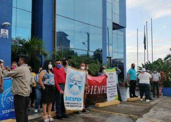 La plataforma de sindicatos del sector público realizó una protesta para exigir el reajuste salarial a empleados estatales bajo el esquema de jornal.