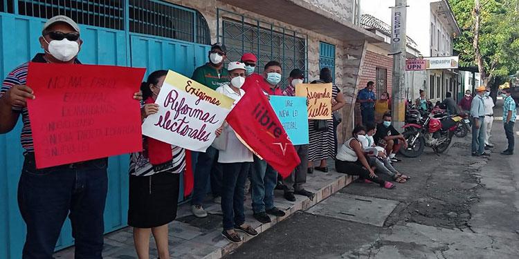 Miembros de Libre se manifestaron frente a instalaciones del RNP, en Choluteca.