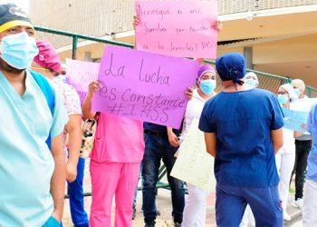 Al menos 65 empleados que no recibieron la renovación de su contrato en el IHSS protestaron en las afueras del Congreso Nacional.