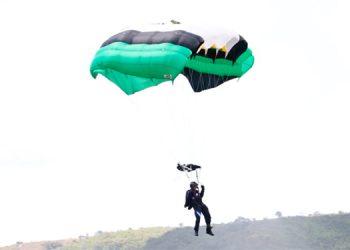 Paracaidistas de las FFAA dan espectáculo en medio de cuarentena