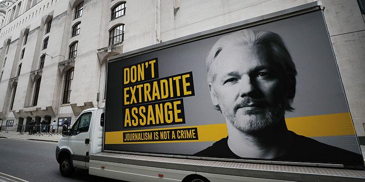 Assange oye voces y tiene instintos suicidas: psiquiatra ante tribunal