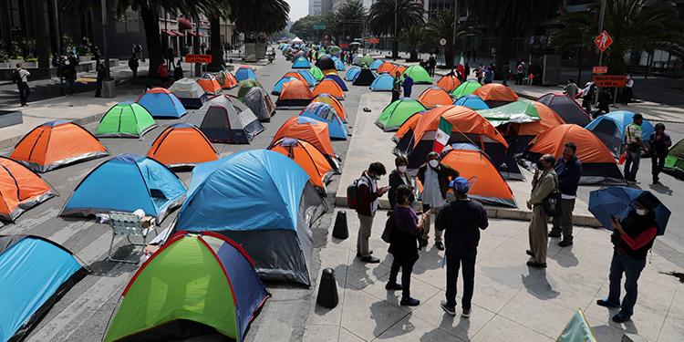 Centenares de tiendas de campaña quedaron instaladas el domingo cortando parte de una de las principales avenidas del centro de Ciudad de México para protestar contra el presidente Andrés Manuel López Obrador. (LASSERFOTO AP)