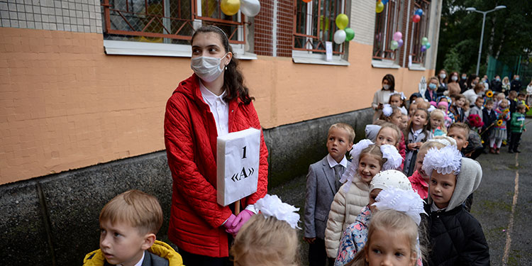 Después de seis meses de una escolaridad interrumpida o fuertemente perturbada, millones de alumnos volvieron el martes a las escuelas.    (LASSERFOTO AFP)