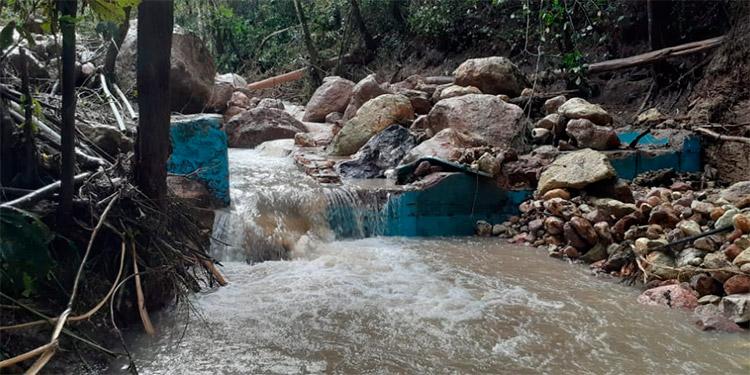 Crecida y deslaves dejan sin agua a pobladores