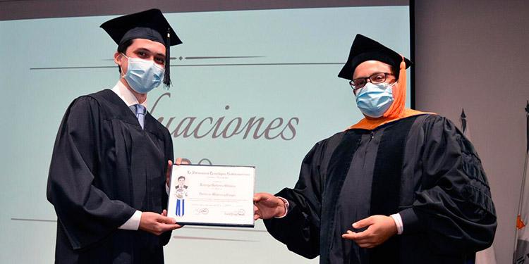 Rodrigo Gutiérrez y Javier Salgado, decano de la facultad de Ingeniería y Arquitectura.