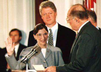 Ruth Ginsgburg al ser juramentada como jueza de la Corte Suprema de Justicia.