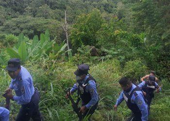 Ayer agentes policiales realizaban patrullajes en la zona montañosa con la intención de capturar al sujeto que atacó a la dama y su nieta en Omoa, Cortés.