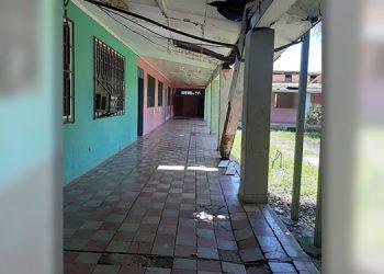 """La Escuela """"Guadalupe Ulloa"""" presenta las paredes y techo destruidos y el piso hundido."""