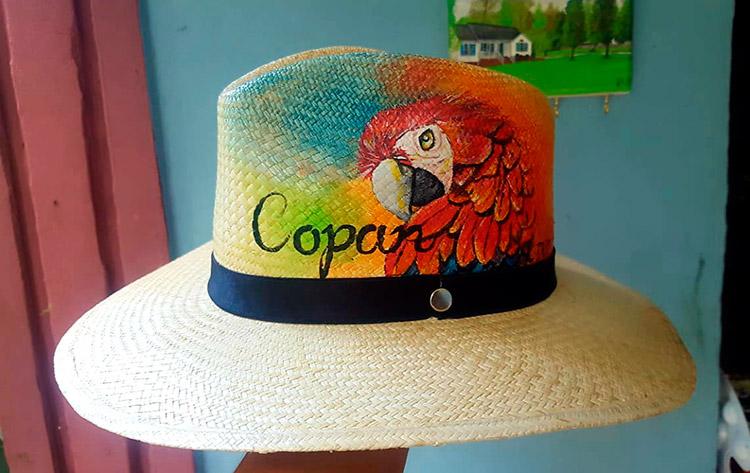 """Pintor """"patepluma"""" convierte sombreros en obras de arte"""