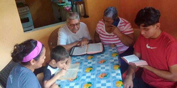 Familia leyendo la Biblia en tiempo de pandemia.