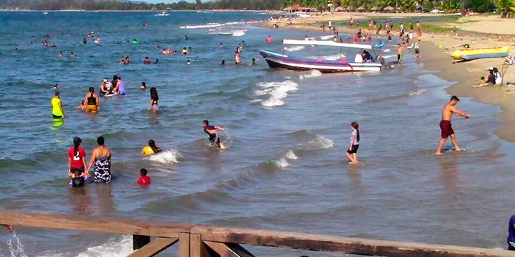 Las playas de Tela vuelven a llenarse de turistas, a casi seis meses de cuarentena, para prevenir el COVID-19.
