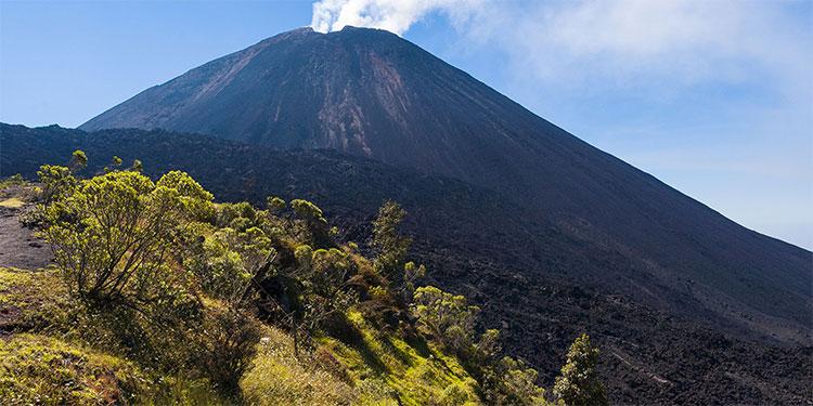 Guatemala vigila actividad volcánica de Pacaya por flujo de lava