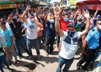 Los vendedores del mercado zonal Belén se organizaron, sumamente molestos, porque pensaron que se trataba de un cierre del lugar.