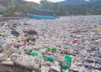 Basura proveniente de Guatemala inunda de nuevo las playas de Omoa