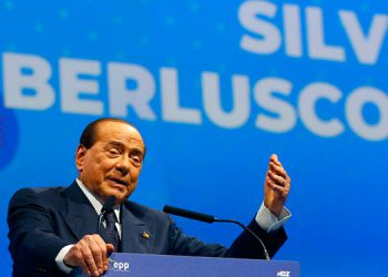 Italia: Berlusconi responde a tratamiento por coronavirus