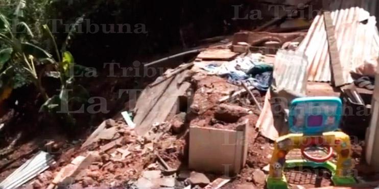 Familia clama por ayuda tras derrumbarse su casa por las lluvias