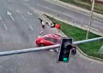 Brutal choque de motocicleta contra carro deja tres heridos en SPS
