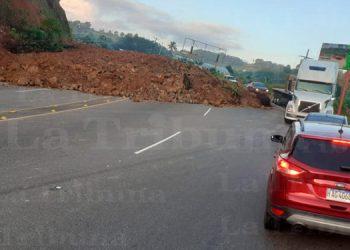 Deslave obstruye tránsito vehicular en Santa Cruz de Yojoa