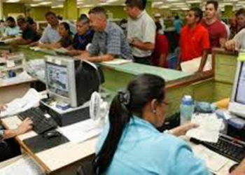 Los empleados públicos recibirán un aumento pese a que los ingresos fiscales han disminuido.