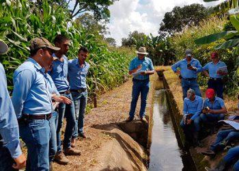 Alumnos de la UNAG durante una de las prácticas de las ciencias agropecuarias.