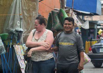 Esta pareja, en los mercados, nunca usó la mascarilla.