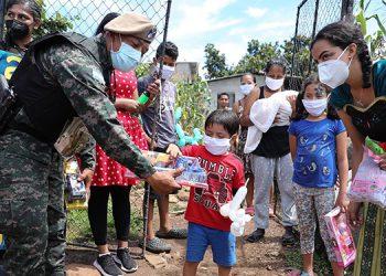Miembros de la Guardia de Honor Presidencial llevaron juguetes y pasteles a los niños de la colonia Guzmán y Ricardo Álvarez.