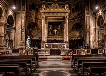 Muere sacerdote en plena misa mientras daba el sermón