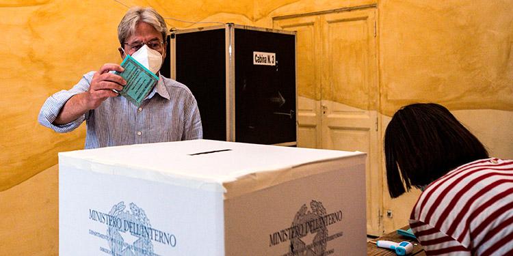 Italia vota si reduce a sus parlamentarios y el gobierno en siete regiones