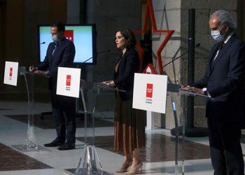 La presidenta madrileña, Isabel Díaz Ayuso, el vicepresidente madrileño, Ignacio Aguado (izda), y el consejero de Sanidad de Madrid, Enrique Ruiz, ofrecen una rueda de prensa para anunciar las restricciones de movilidad para hacer frente al coronavirus. EFE