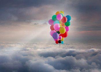 Mago vuela a casi 25,000 pies de altura con 52 globos de helio (Video)