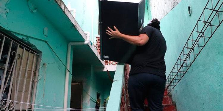 Migrante hondureña busca vida digna fuera de albergue en Matamoros