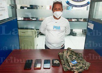 Con indumentaria militar, chapa policial y 6 iguanas cae mujer en La Ceiba