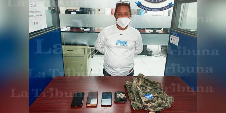 Con indumentaria militar chapa policial y 6 iguanas cae mujer en La Ceiba