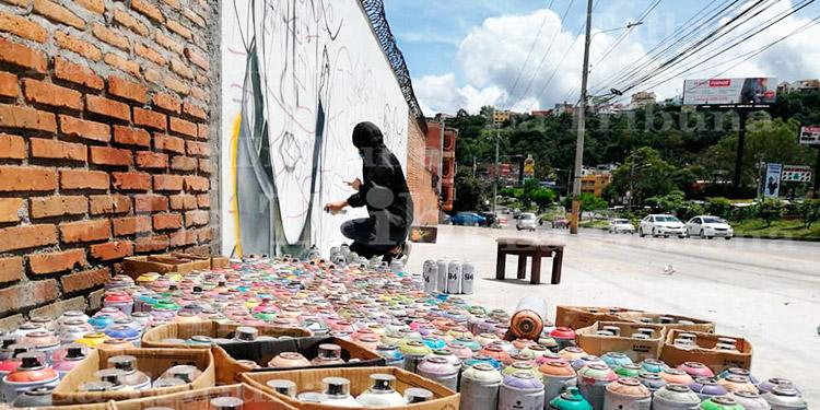 Jóvenes rinden honor con mural a héroes en tiempos de pandemia