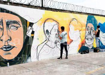 Jóvenes rinden honor con mural a héroes de la pandemia