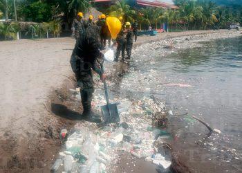 Fuerza Naval realiza ardua tarea de limpieza en playas de Omoa