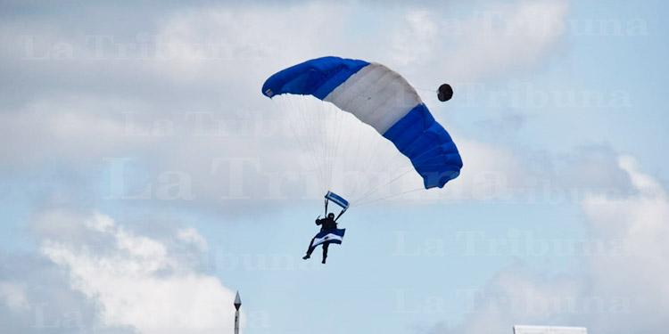 Así fue el 'show virtual' de los paracaidistas (Video/Galería)